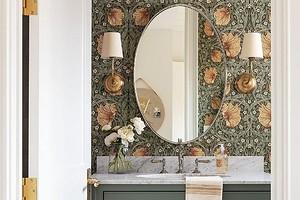 10 невероятных ванных комнат с обоями на стене