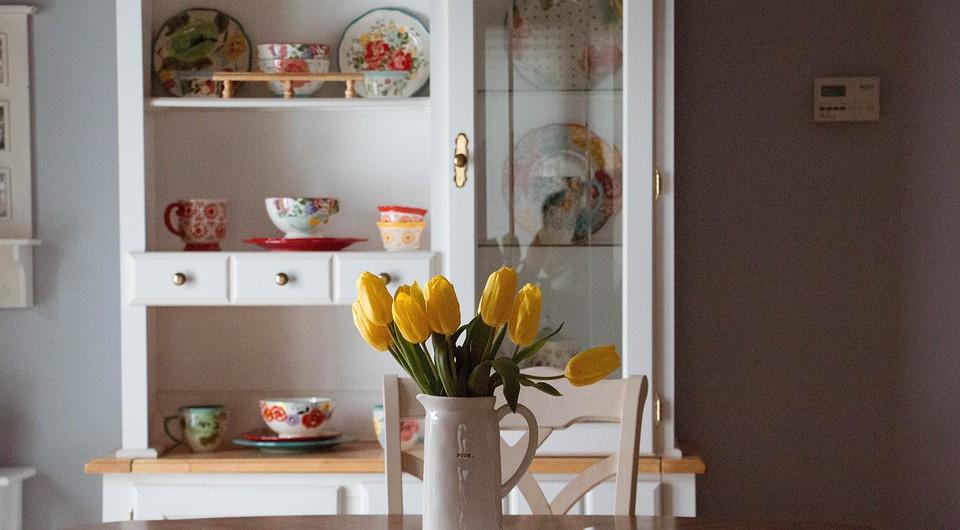 7 кухонь, где посуда украсила интерьер
