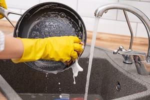 7 способов, которые помогут отмыть самые грязные сковороды и кастрюли