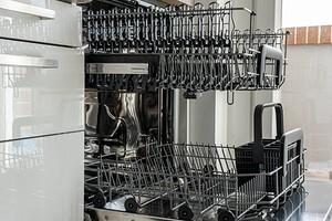 7 моментов, которые нельзя забывать владельцам посудомоек (чтобы не сломать технику)