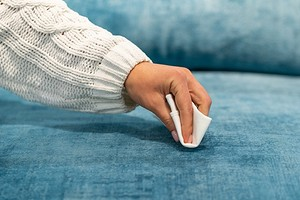 6 действенных способов очистить диван от пятен еды