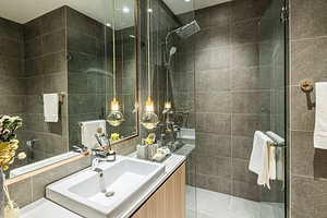 6 базовых решений для ванной, которые сделают ее уютной комнатой (а не просто санузлом)
