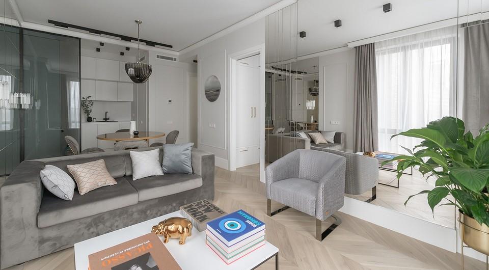 Квартира площадью 45 кв. м в холодной цветовой гамме с зеркалами и глянцем