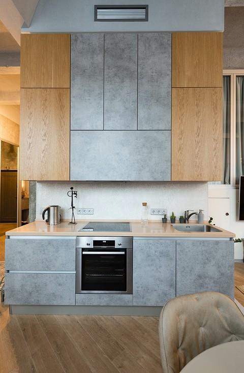 Кухня — небольшая, линейной пла...