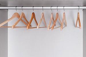 Как выбрать правильные плечики для одежды и какие вещи на них хранить?