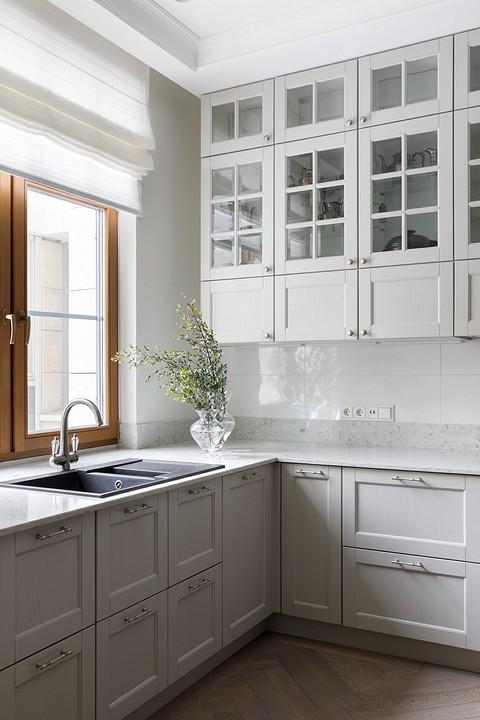 Кухонная мойка перед окном —в&#...