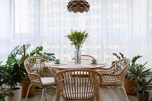 Плетеная мебель и много комнатных растений: в этой квартире создана атмосфера отпуска