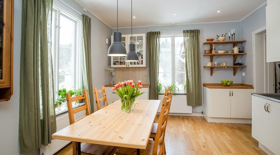 Зеленые шторы в интерьере: советы по выбору и примеры для любой комнаты