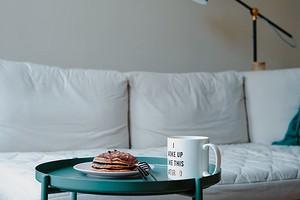 Еда на диване, работа допоздна и еще 4 бытовые привычки, под которые стоит подстроить ваш интерьер