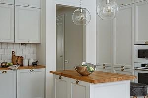 Белая кухня с деревянной столешницей (42 фото)