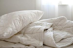 8 ошибок в уходе за текстилем в спальне (они портят кожу, воздух и ваше самочувствие)