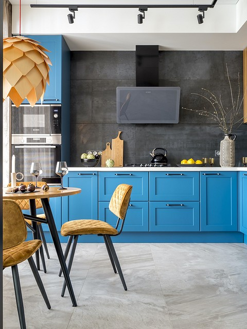 На кухне во всю стену уложен фар...