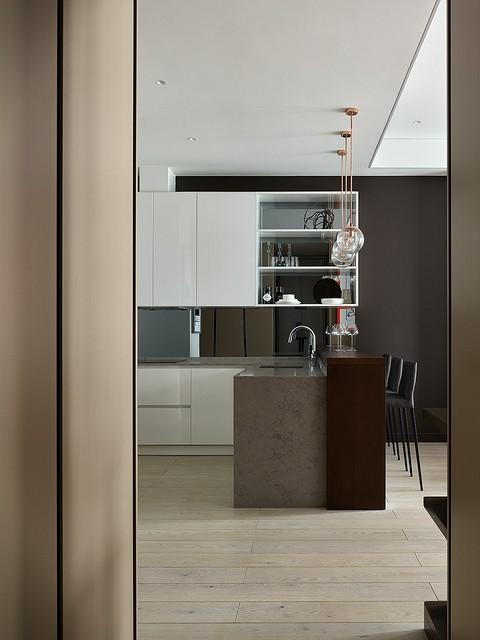 Вид на кухню из коридора. Дизайн...