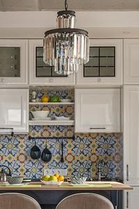 5 красивых и функциональных идей для оформления антресоли кухонного гарнитура