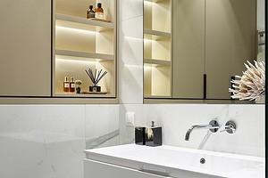 Удобно и стильно: оформляем полки в нише в ванной