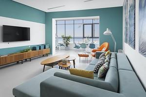 Модный колор-блок в интерьере светлой и просторной квартиры в Сочи