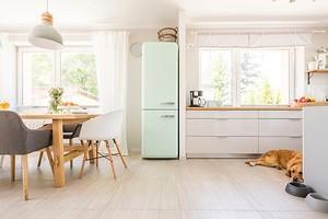Как задействовать место над холодильником: 7 решений для тех, кто не хочет терять и сантиметра