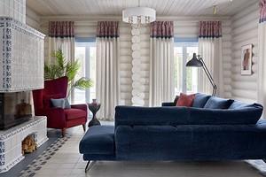 Уютный дом из дерева с изразцовым камином и классической мебелью