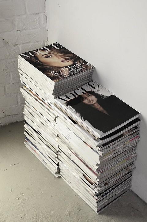 Журналы можно сложить стопкам&#...