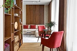 Дерево и яркие акценты: однокомнатная квартира для девушки