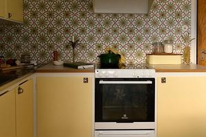 8 кухонь с отдельно стоящей плитой, которые выглядят стильно (не обязательно встраивать)