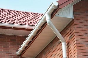 Как установить водостоки, если крыша уже покрыта: 4 возможных способа