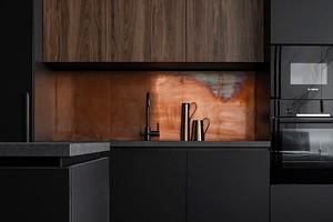 Модный тренд: 7 кухонь с металлическим фартуком