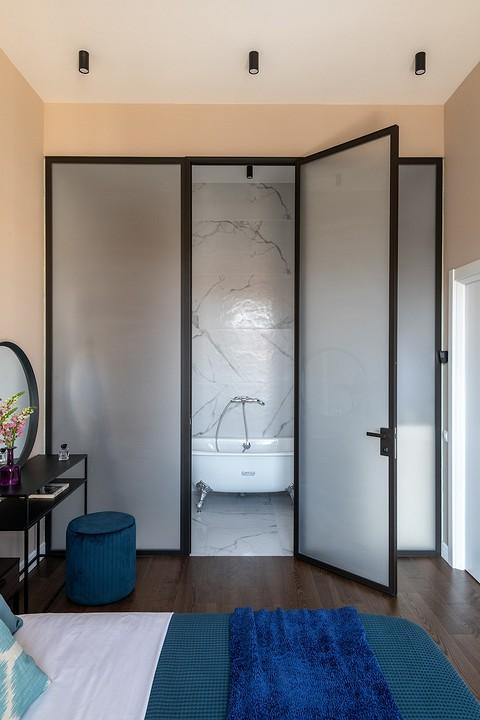 «В ванную комнату попадает све&...