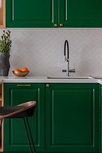 В закладки: 7 красивых кухонь с белым фартуком