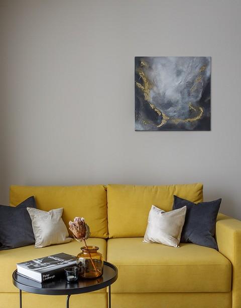 Желтый диван в гостиной стал ак...