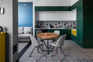 Смелый интерьер маленькой квартиры со спальней под потолком