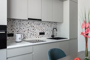Терраццо, коралл и фактуры: модная маленькая квартира в Москве