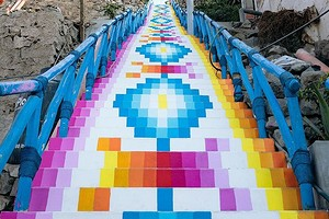 Художник разрисовал лестницы в Перу яркими красками