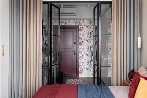 Здесь лето: интерьер маленькой квартиры с яркими гранатами на стене