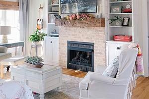7 самых уютных гостиных с камином и печкой (очень по-осеннему)