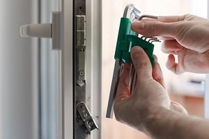 Что делать, если не закрывается пластиковая дверь на балкон: 5 решений разных проблем