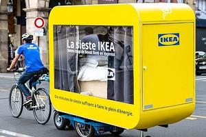 На кровати по Парижу: французская ИКЕА представила необычный проект