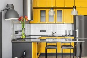 Желтая кухня, красная кровать и синяя дверь: маленькая квартира с яркими акцентами