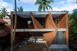 В Индии построили здание с изогнутыми кирпичными стенами