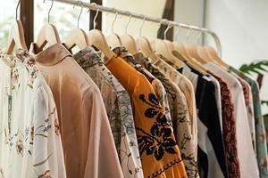 8 стильных идей для оформления напольной вешалки с одеждой