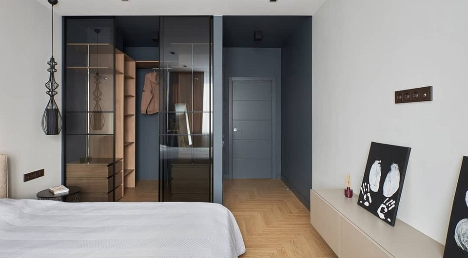 Стеклянные шкафы в гардеробной: «за» и «против» красивого приема