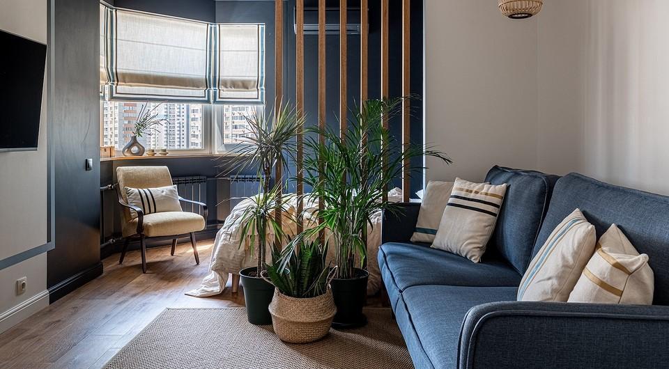 Графичный интерьер однокомнатной квартиры с гостиной-спальней и гардеробной на лоджии
