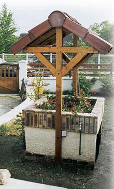 Декоративный колодец над резервуаром с водой