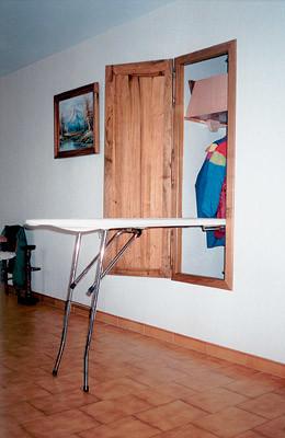 Гладильная доска, встроенная в стенной шкаф