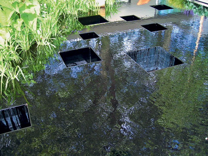 В центре сада, у фонтана...