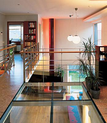 Как сделать стеклянную вставку в полу? (Свой дом №3/2006, стр. 83)