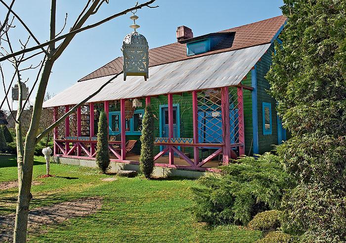 Зеленый дом с голубыми наличниками