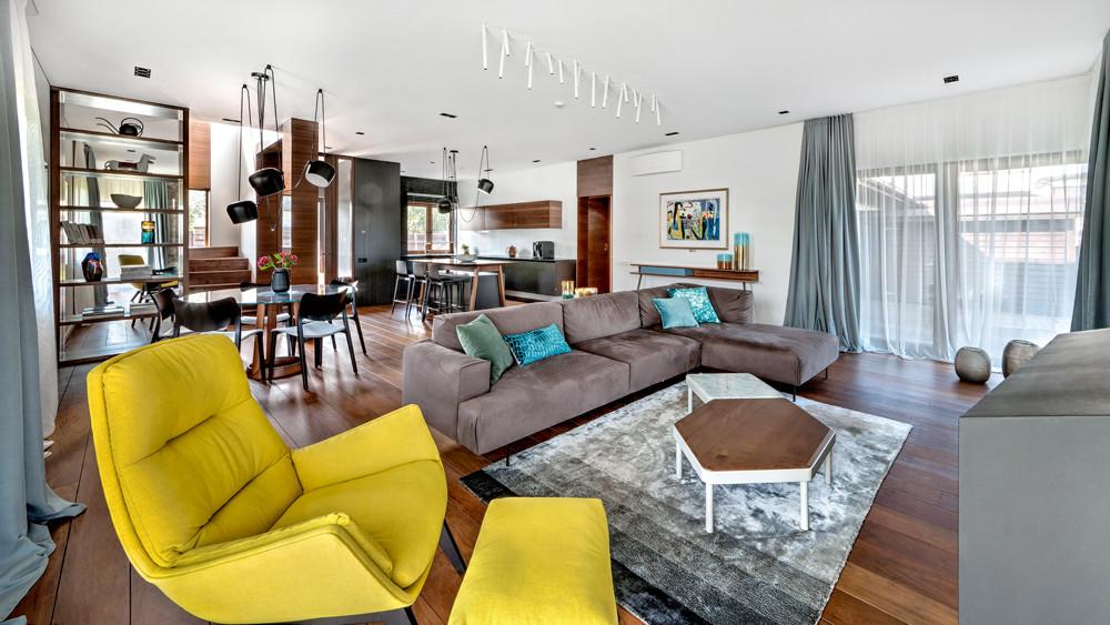 Интерьер двухэтажного дома: натуральные материалы и необычная мебель