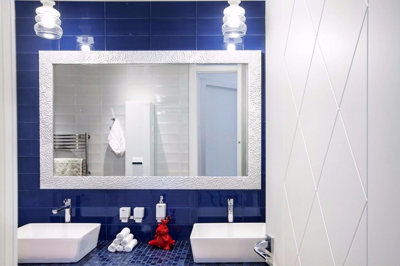 Функциональный интерьер ванной комнаты в сине-белых тонах