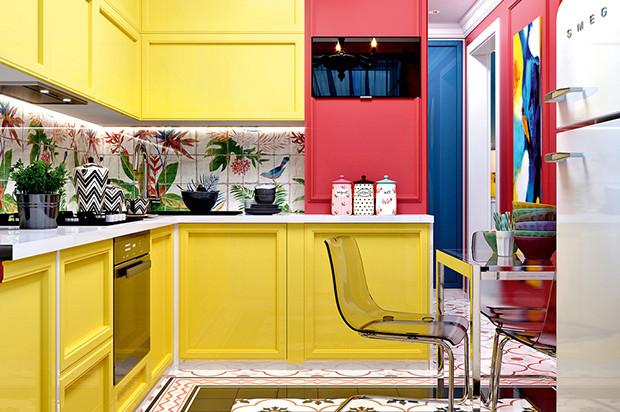 Интерьер для молодой семьи: яркая квартира с тропическими акцентами
